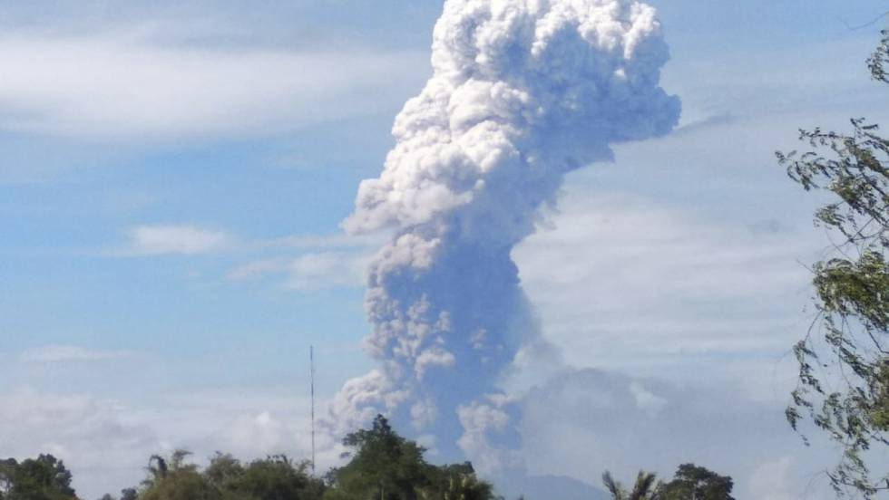otra-catastrofe-natural-en-indonesia-entro-en-erupcion-el-volcan-sotupan