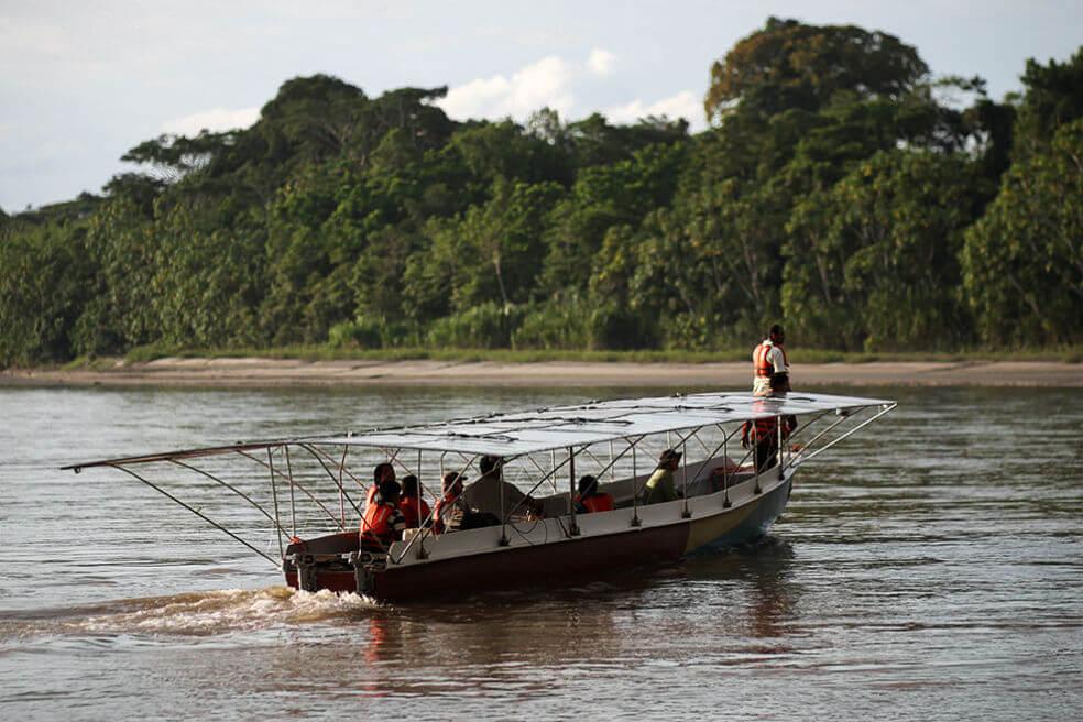 ecuador-una-canoa-solar-permite-viajar-por-la-selva-sin-contaminar
